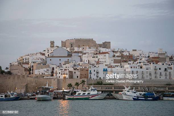 fishing harbour and old town of peniscola at night, spain - peniscola photos et images de collection