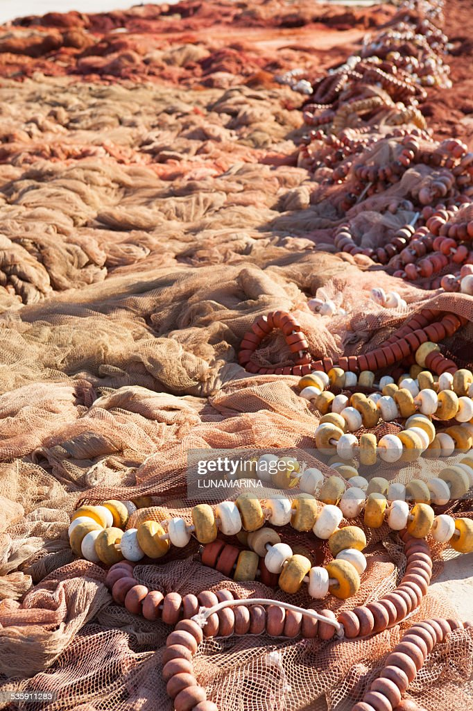 Pesca de los NET y atajar de fisherboats Mediterráneo : Foto de stock