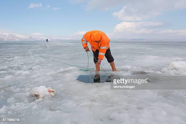 Angeln am zugefrorenen See im Kars Türkei Cildir