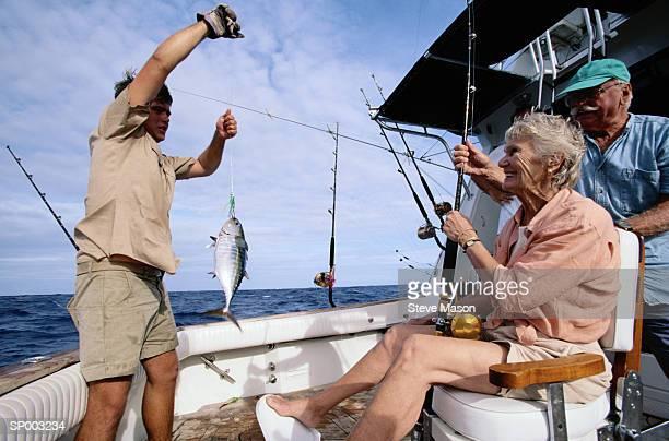 fishing - homem pegando mulher imagens e fotografias de stock