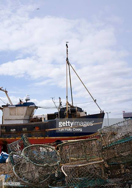 fishing trawler and lobster pots - lyn holly coorg photos et images de collection