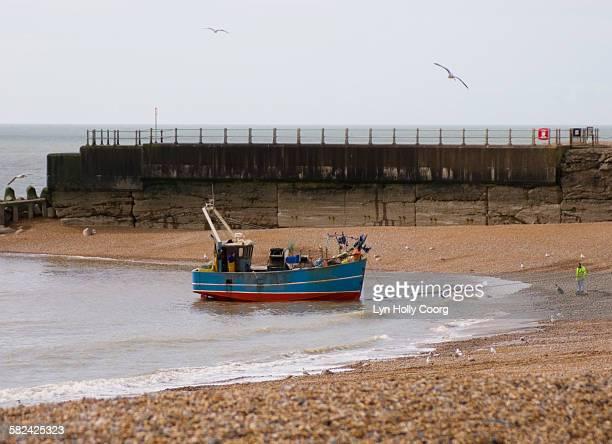 fishing trawler coming onto beach - lyn holly coorg imagens e fotografias de stock