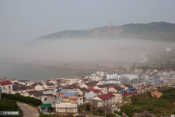 fishing village in moring fog - china oriental - fotografias e filmes do acervo