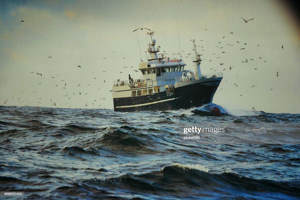 Fishingboat Schiff in rauer See angeln : Stock-Foto