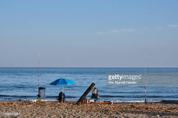 fishingrods and fishing equipment on the beach - finn bjurvoll - fotografias e filmes do acervo