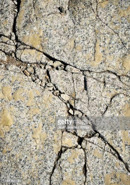 fissured surface of granite rocks - oak creek canyon - fotografias e filmes do acervo