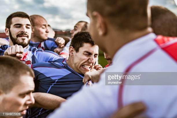 vuistgevecht op sportwedstrijd! - vechten stockfoto's en -beelden