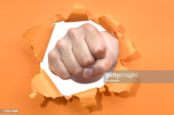 Coup de poing à travers un trou dans le papier Déchiré