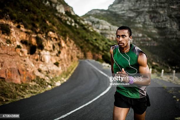 Ajuste atleta mirando determinó y centrado como él los ejercicios