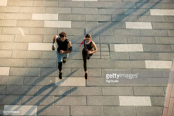 allenamento coppia in forma - maratona foto e immagini stock