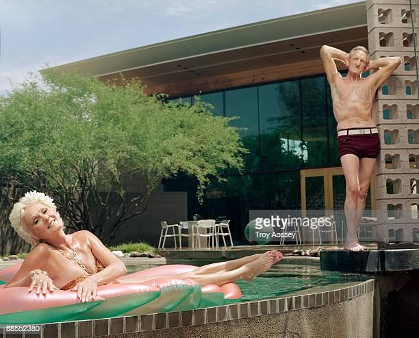 fit couple posing by the pool - freaky couples - fotografias e filmes do acervo