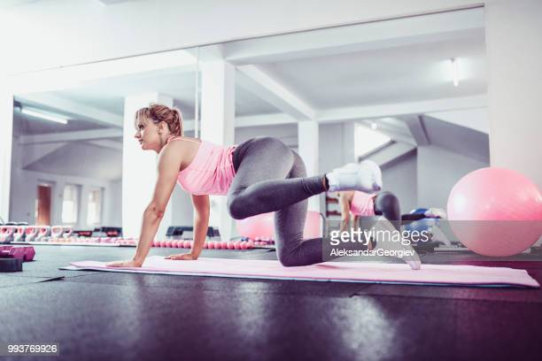 fit female cross training in gym - legs apart stock pictures, royalty-free photos & images