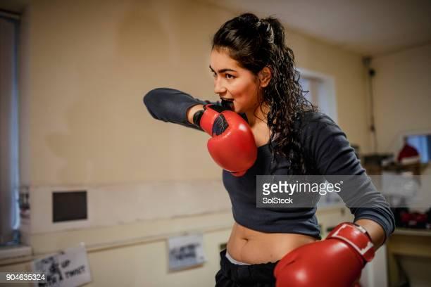 apto feminino calçar as luvas de boxe - boxe feminino - fotografias e filmes do acervo