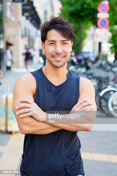 フィットネス健康的な男性は、東京のストリート