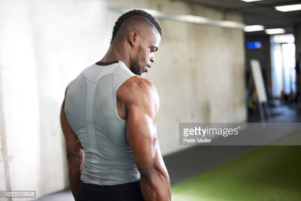 fit man in gym - muscular build stock pictures, royalty-free photos & images
