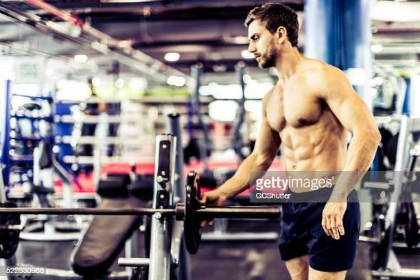 S'adapter homme apprête à lever des poids et haltères