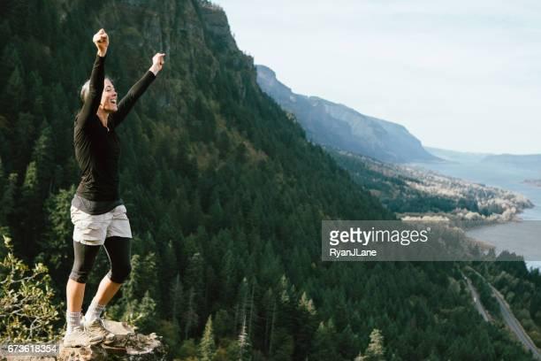 Femme d'âge mûr fit sur la randonnée en montagne