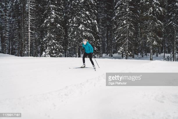 Fit Woman Skilanglauf bergauf