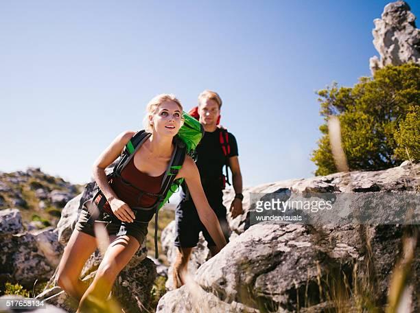 S'adapter femme de randonnée et de Trekking ami en plein air en été nature