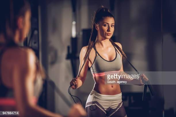 fit woman in gym - pantaloni foto e immagini stock