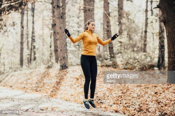 Fit vrouw springtouw in openbaar park