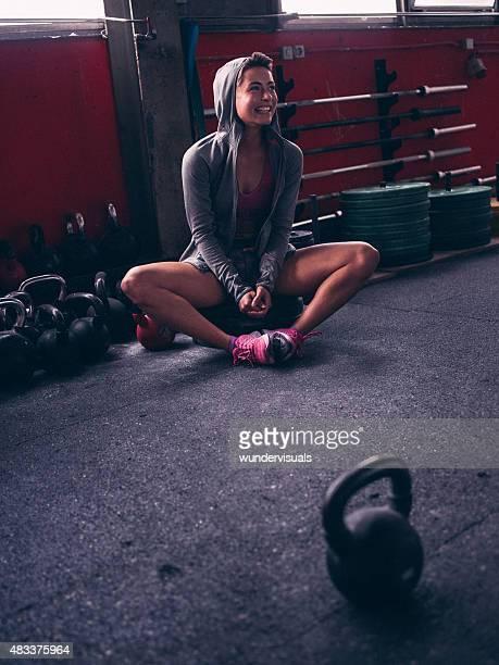 Fit Frau, die eine Pause vom Training mit Gewichten
