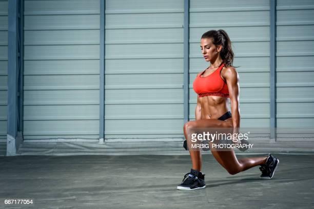 ajuste de mulheres exercício com pesos - flexionando perna - fotografias e filmes do acervo