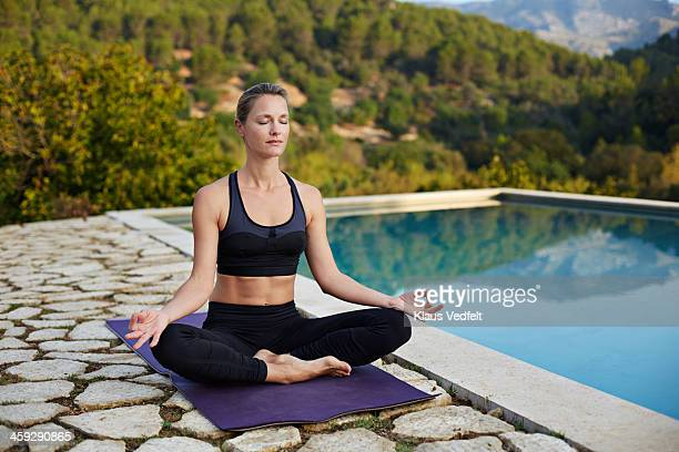 fit yoga teacher making dhyana,big mind meditation - klaus vedfelt mallorca stock pictures, royalty-free photos & images