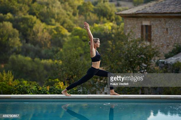 fit yoga teacher making  high lunge, variation - klaus vedfelt mallorca stock pictures, royalty-free photos & images