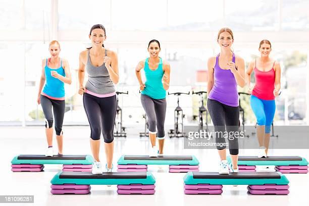 Cours de Fitness aérobic faire de l'exercice dans notre Club de remise en forme