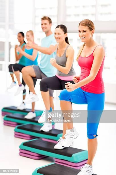 Aula de Fitness no ginásio fazendo Aeróbica Step
