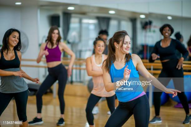 fitness class fun - dance studio stock pictures, royalty-free photos & images