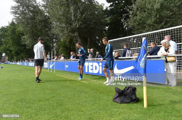 Fitness coach Henrik Kuchno Vladimir Darida and Peter Pekarik of Hertha BSC during the training at the Schenkendorfplatz on July 10 2018 in Berlin...