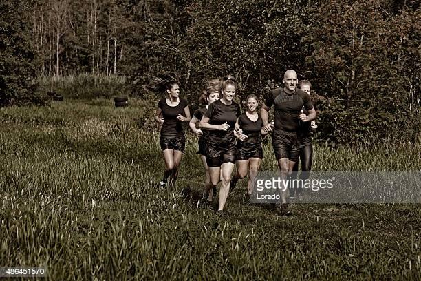Allenatore di fitness jogging con un gruppo di donne di amici