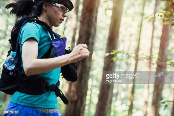 フィットネス女性トレイル ランナーの山の道を実行します。 - クロスカントリー競技 ストックフォトと画像