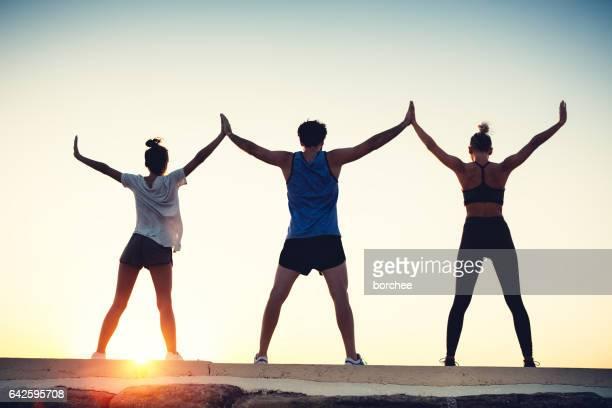 Fitness-Freunde den Sonnenuntergang genießen