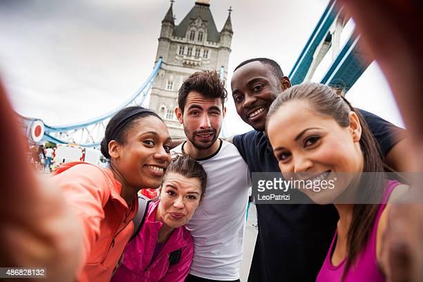 Centre de remise en forme entre amis, avoir une pause avec selfie sur London Bridge