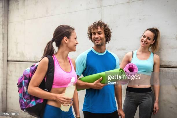 Fitness instructeur met twee jonge vrouwen op outdoor training