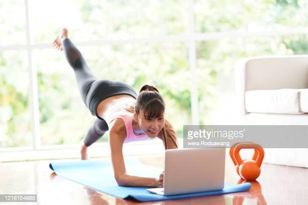 fitness instructors teaching online class during the coronavirus outbreak at home - live ereignis stock-fotos und bilder