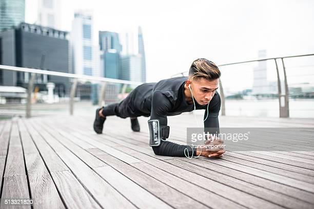 De remise en forme homme en position de planche,