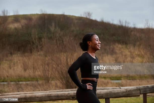 fitness im freien von afrikanischen ethnischen frau - camel active stock-fotos und bilder