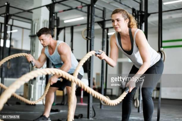 Fitness mensen werken met slag touwen