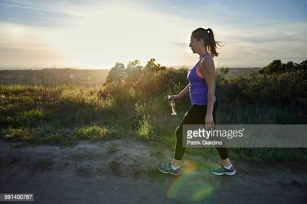 fitness plus size - wandelen lichaamsbeweging stockfoto's en -beelden