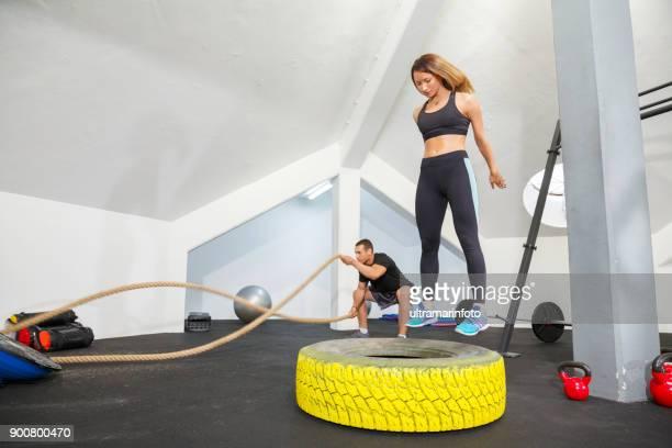 fitness sporting gruppen tränar på gym hälsosam livsstil kvinnan och mannen fit crosstraining - partire bildbanksfoton och bilder