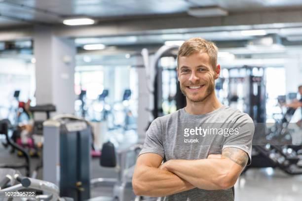 fitness-trainer im fitness-studio - fitnesseinrichtung stock-fotos und bilder