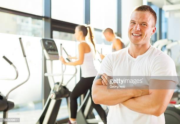 Fitness-trainer im Fitnessraum