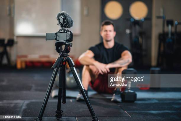 vlogger fitness fazendo um vídeo de si mesmo na academia - persuasão - fotografias e filmes do acervo