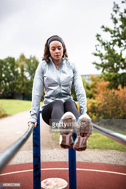 Femme de remise en forme, de faire des abdos Abdos sur le parc de plein air