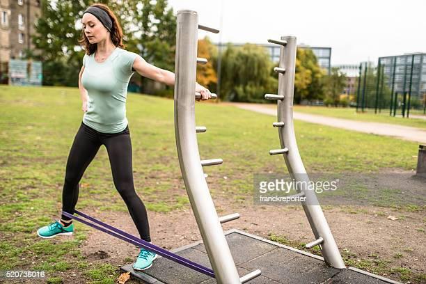 fitness Frau tun Übung mit Gummiband