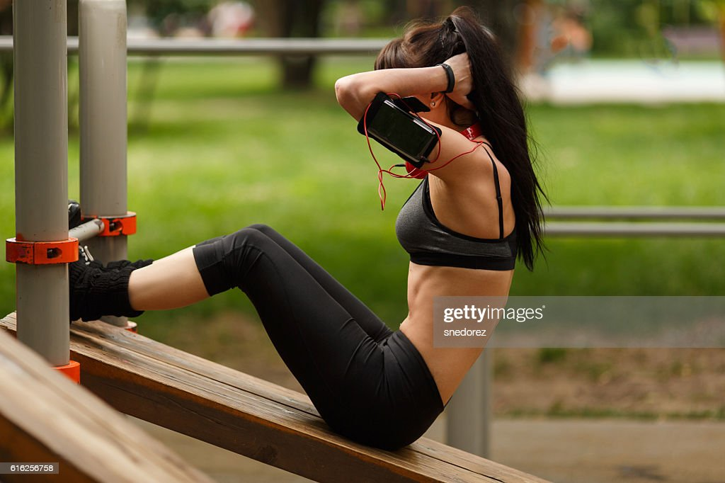 Fitness woman doing sit-ups exercising for her abdominal muscles : Foto de stock